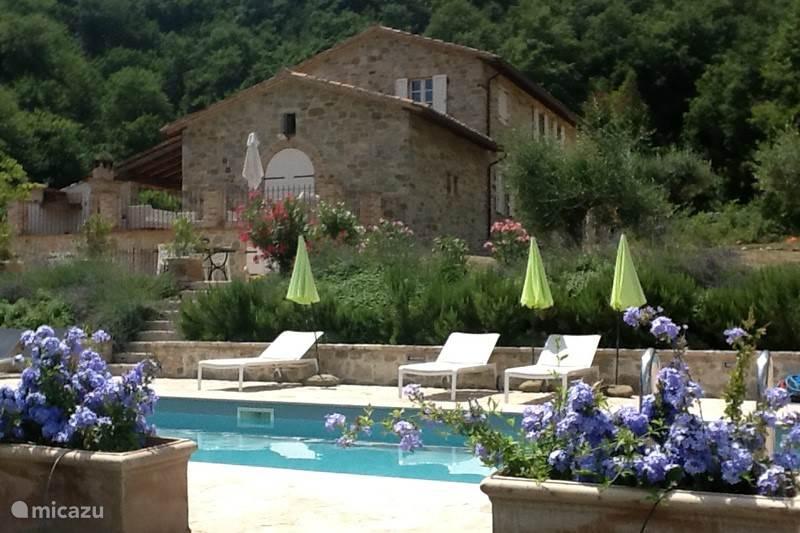 Zwembad, met hoofdhuis op achtergrond