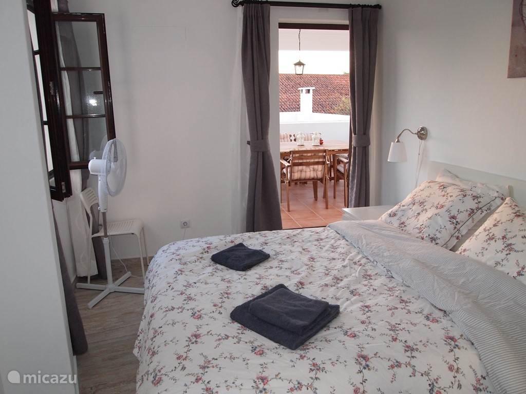Slaapkamer 3 (2 personen) met kledingkast en deur naar terras.