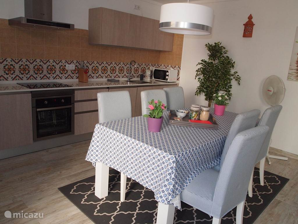 Keuken, eettafel met 6 stoelen.
