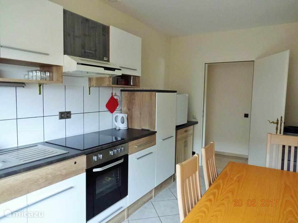De separate keuken is voorzien van kookplaat, afwasmachine, koelkast, diepvries, koffiezetapparaten (filter en pads), waterkoker, magnetron, etc.
