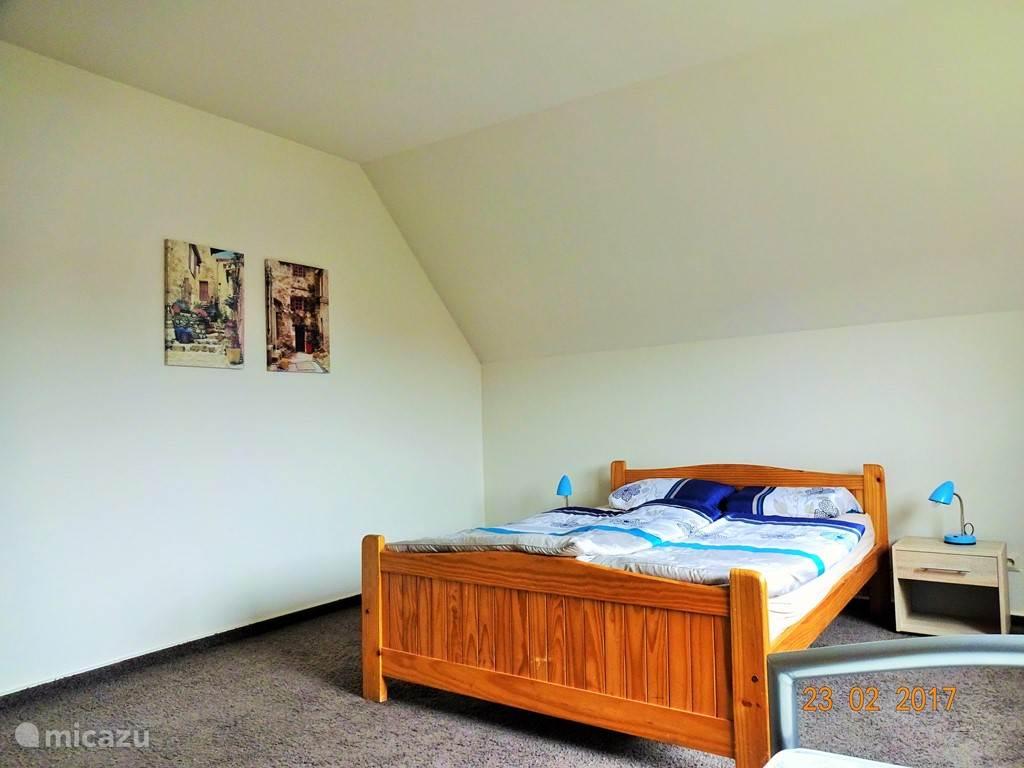 Deze 3-persoonsslaapkamer is ruim en licht..