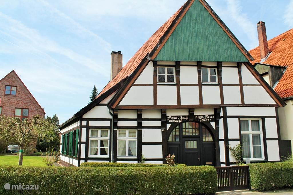 Een museaal vakwerkhuis tegenover de kerk in Burgsteinfurt.