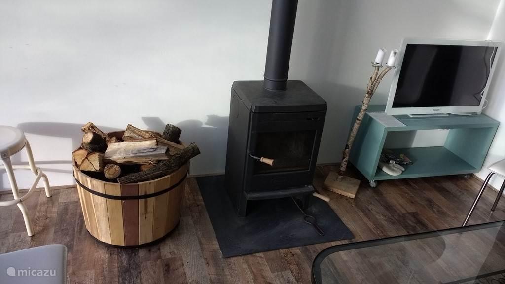 zithoek met houtkachel (hout genoeg)