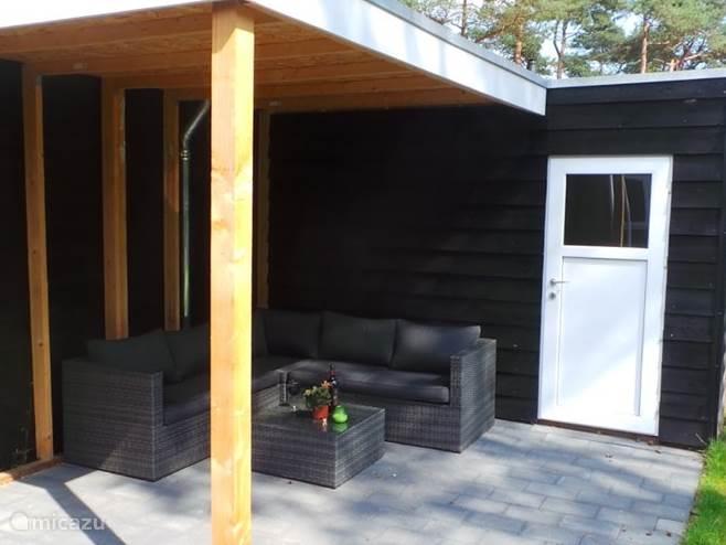 U kunt heerlijk relaxen op de lounge bank onder de veranda.