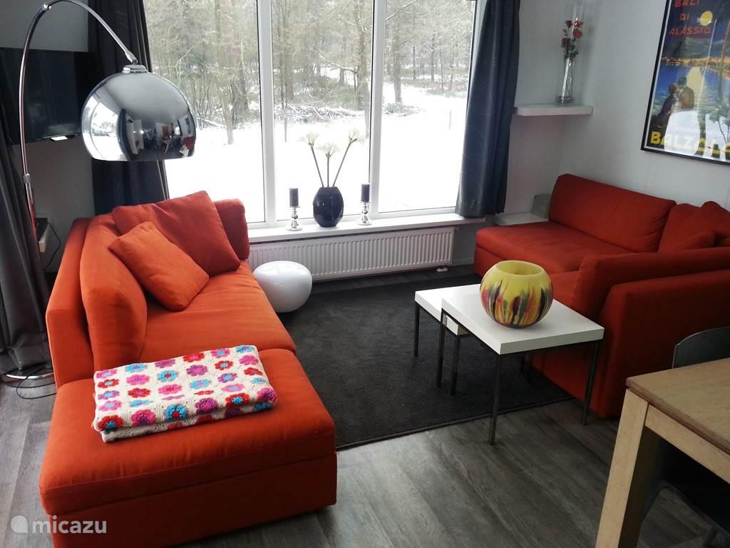 Ruime en modern ingerichte woonkamer