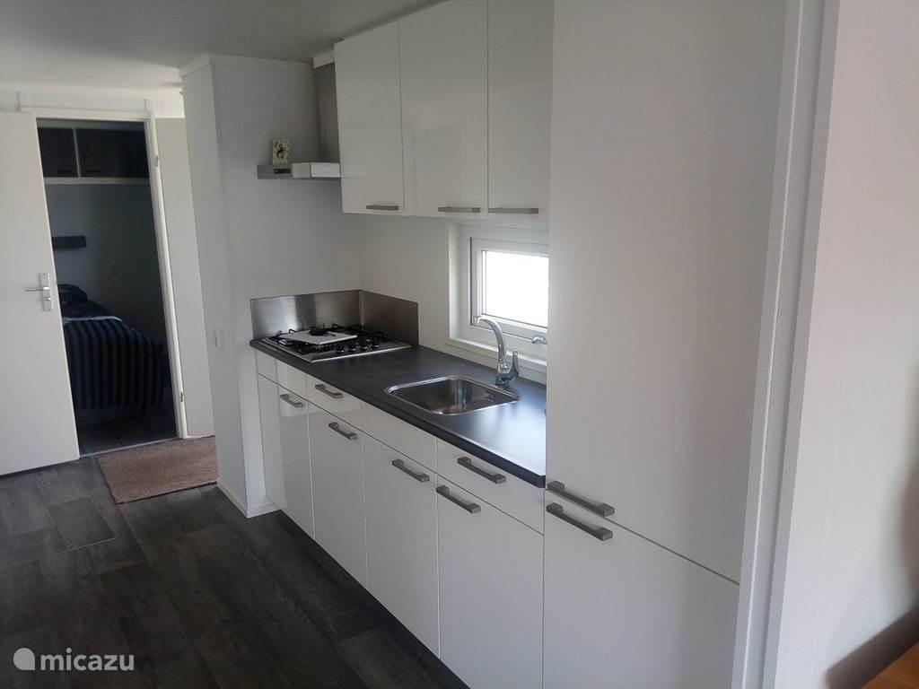 Keuken voorzien van koel/vriescombinatie en afwasmachine.