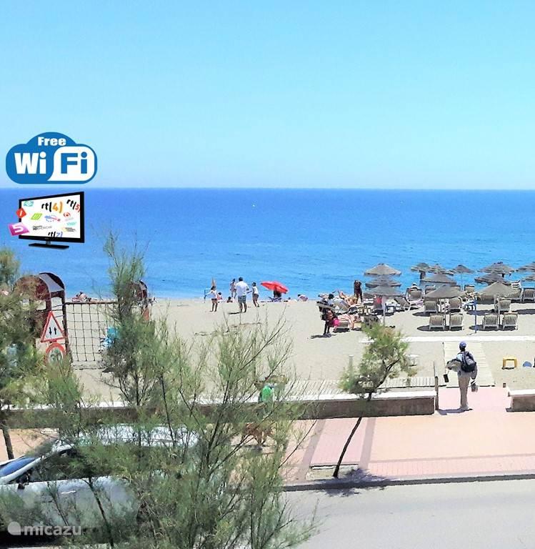 Heerlijk genieten op uw terras aan de boulevard van Fuengirola met direct zicht op strand en zee.