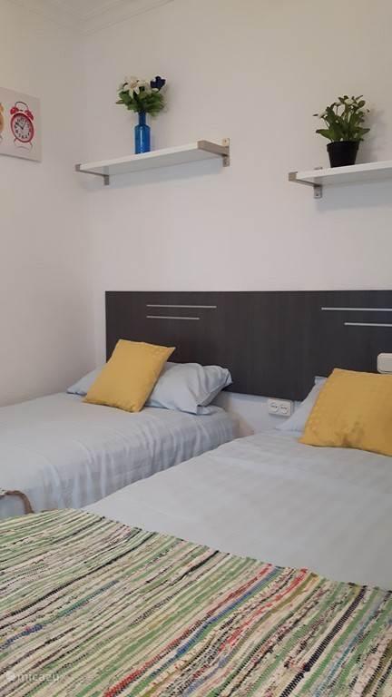 De bedden kunt u uiteraard gemakkelijk tegen elkaar schuiven. De bad/douchekamer is on suite.