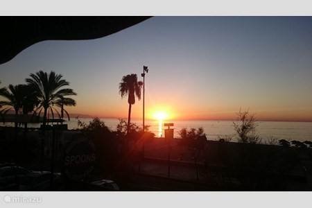 De opkomende zon, gefotografeerd vanaf uw balkon door onze lieve gasten in september 2017