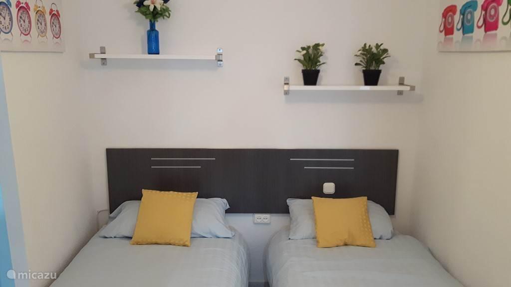 De slaapkamer met 2 bedden van  80 x 190 cm. met plafondventilator.