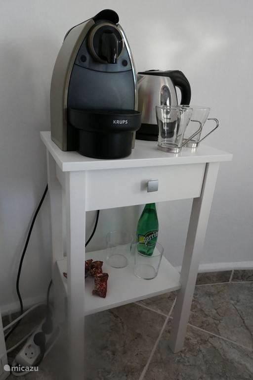 Koffiezetapparaat en waterkoker in appartement
