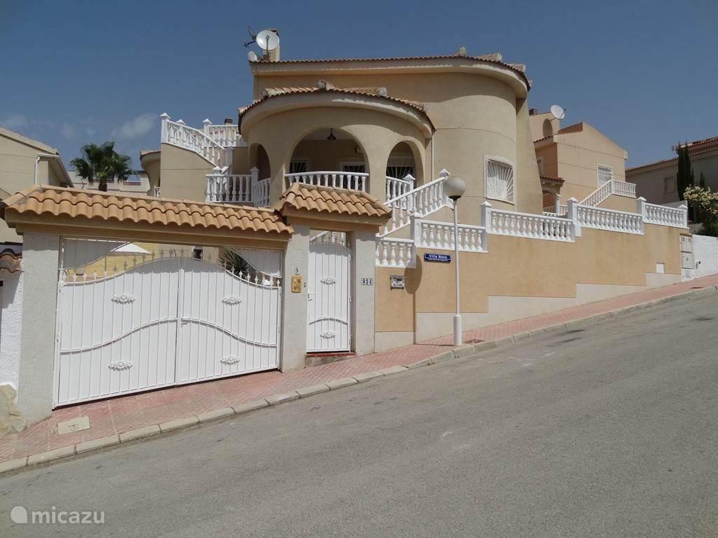 Straataanzicht van Villa Nova