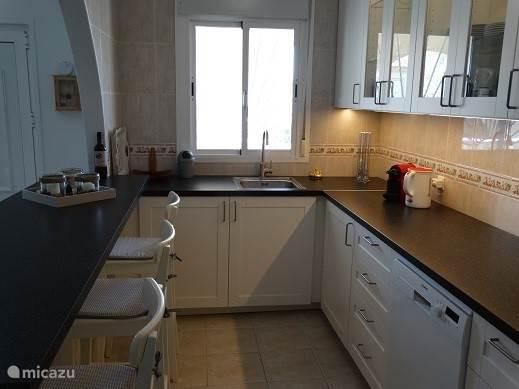 Volledig ingerichte keuken, voorzien van alle benodigde apparatuur.