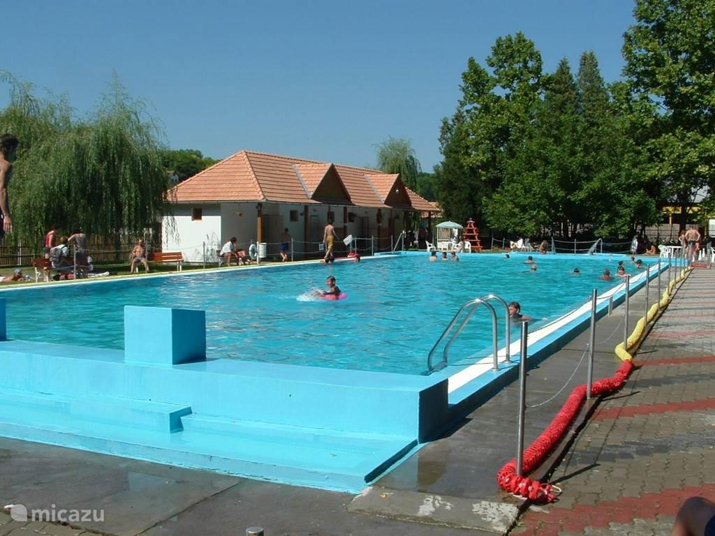 Het zwembad in Szasvar, 15 km van Szalatnak
