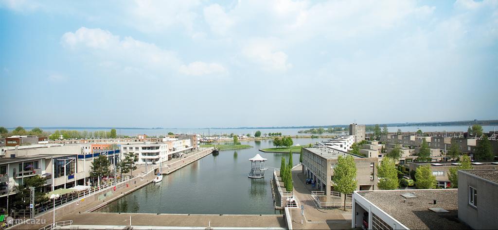 De vakantiewoning ligt in een waterrijk gebied met volop watersport mogelijkheden. U kunt zelfs tot aan de woning met een boot varen een aanleggen in de haven. Op deze foto zie je de haven, met aan de linkerkant het bruggetje waar de eerste foto gemaakt is. Van hieruit varen bootjes door onze straat