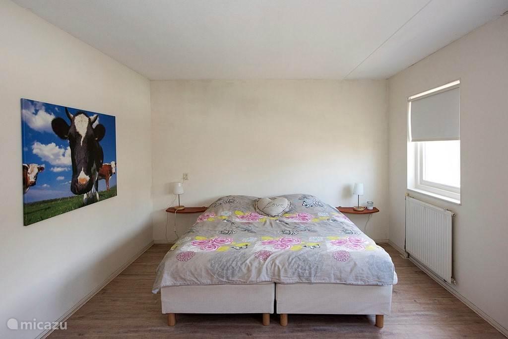 Deze slaapkamer ligt op de eerste verdieping aan de voorkant van het huis over de hele breedte van de woning. Het is echt een hele grote slaapkamer! Vanuit deze kamer kijkt u uit op de gracht voor de deur.