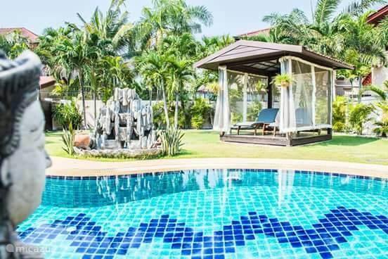 Grote tuin met zwembad