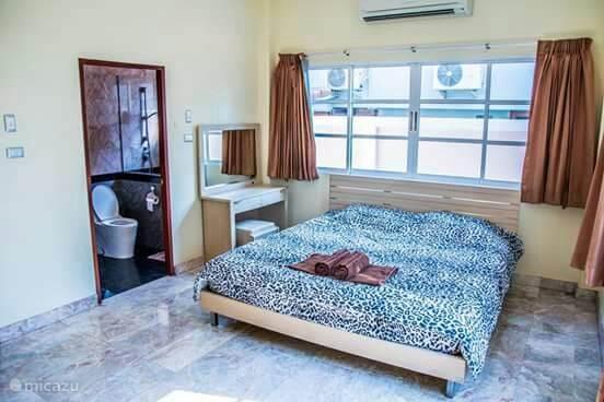 Grote slaapkamer met airco en prive badkamer