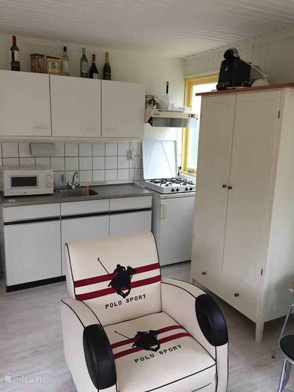 Keuken incl. koelkast en gasfornuis