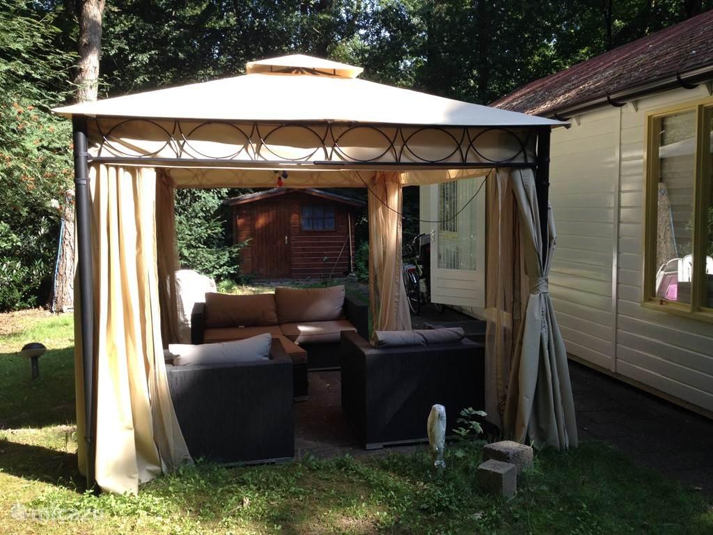 Zonnige tuin incl. lounge set en party tent