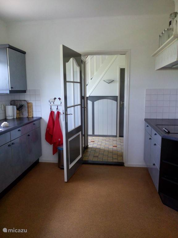 De keuken, de hal op de achtergrond