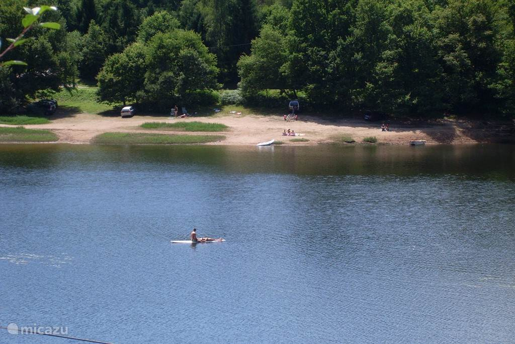 uitzicht in juli vanaf ons huis op het meer. kano's kunt u in overleg gebruiken
