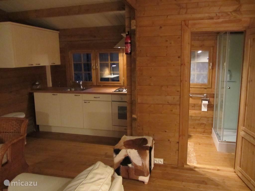 interieur chalet, keuken met oven afzuigkap en koel/vrieskast. koffiezetapp.mixer/blender