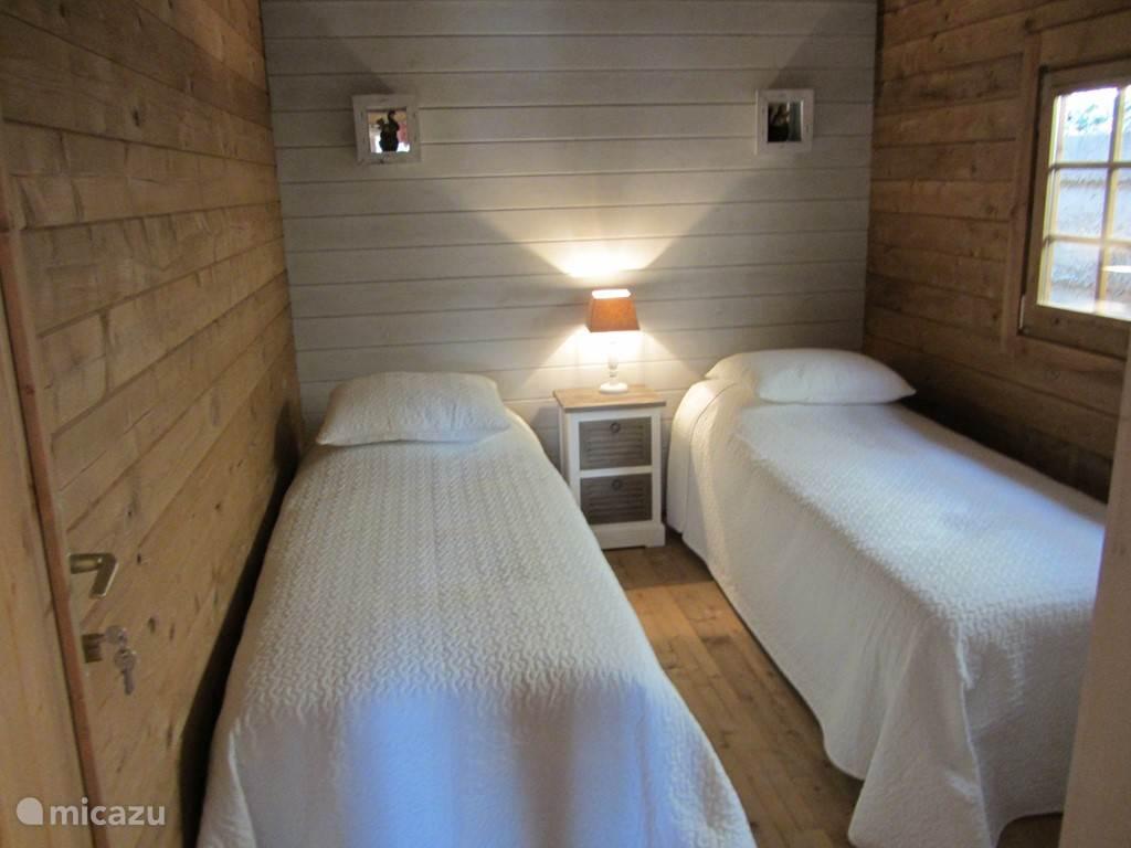 slaapkamer 2x 1 pers.80x200 met ruime kledingkast