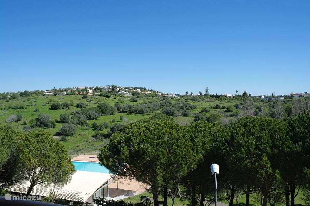 uitzicht op tuin en zwembad