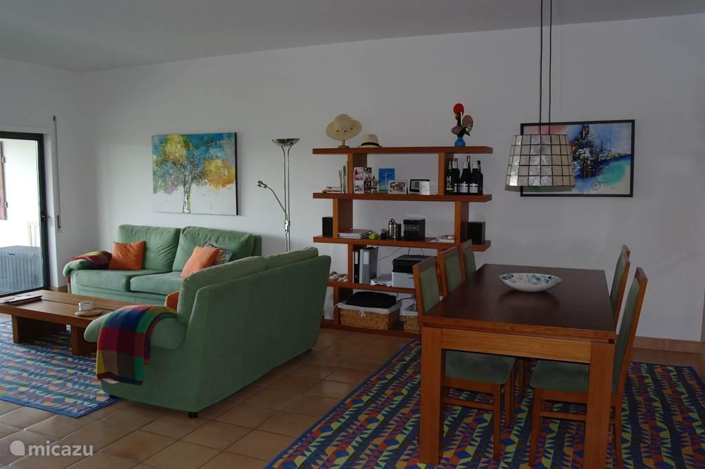 woonkamer met zithoek en eethoek