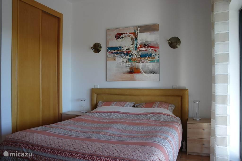1'ste slaapkamer met doorloop naar terras