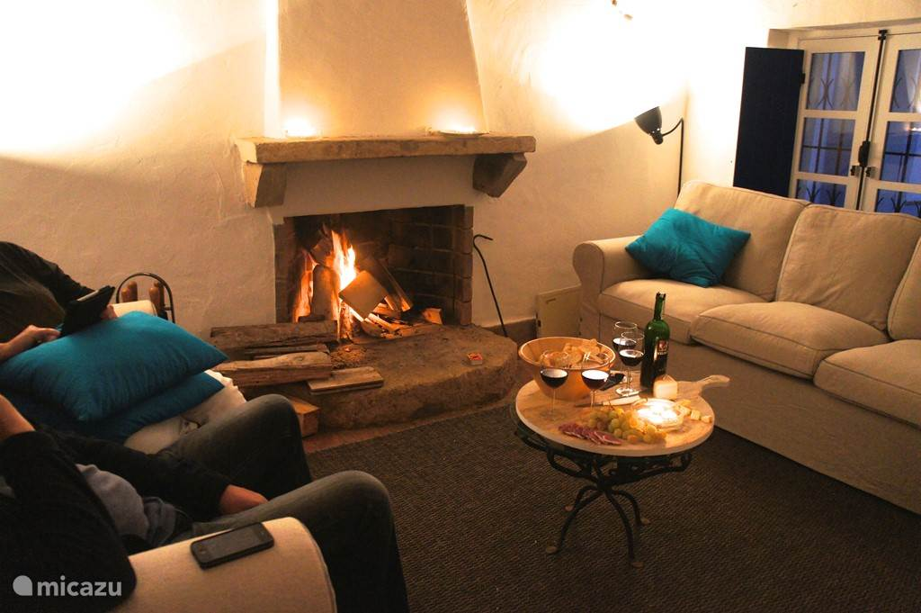 een houtkachel in het eetgedeelte en de open haard in de woonkamer zorgen voor sfeer en warmte als het 's avonds afkoelt