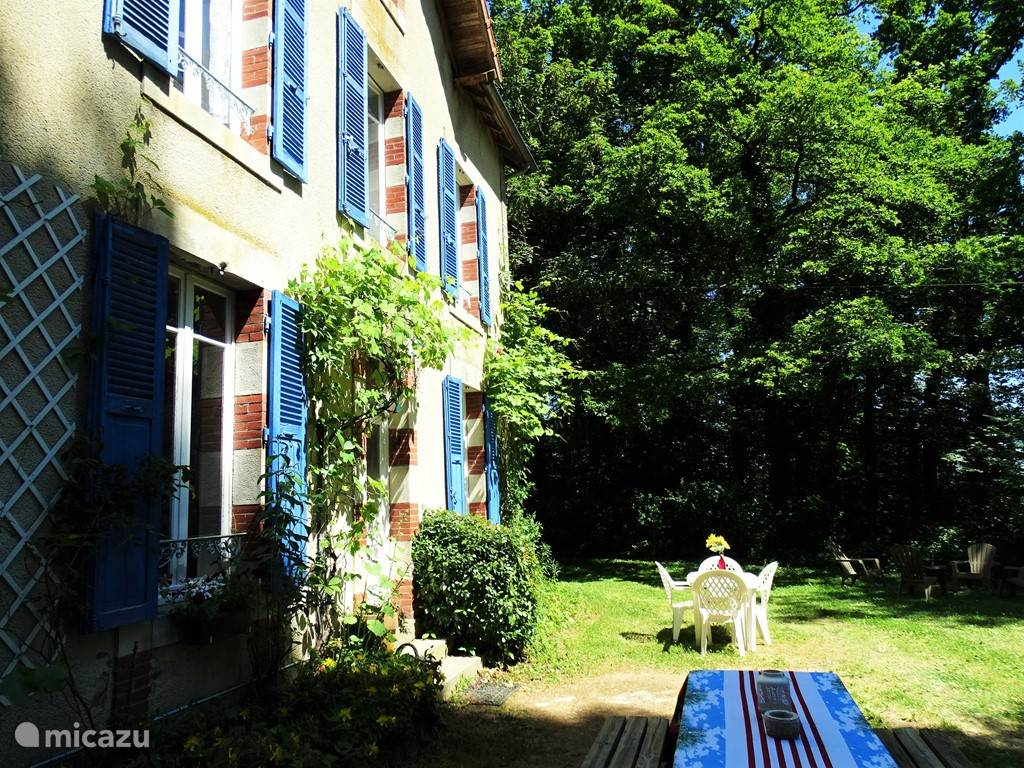 Vacation rental France, Auvergne, Buxières-sous-Montaigut  Gîte / Cottage Forest dwelling Maison du Gardien