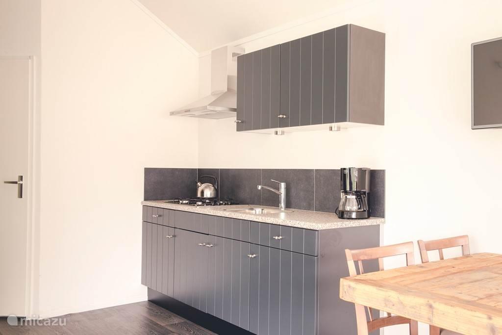 Keuken, voorzien van magnetron en vaatwasser.