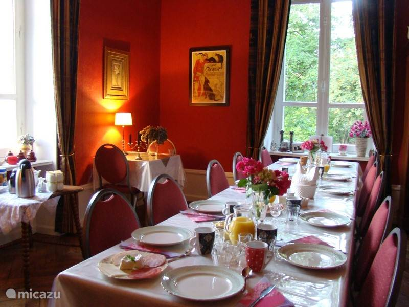 Vacation rental France, Auvergne, Buxières-sous-Montaigut bed & breakfast Family room with breakfast