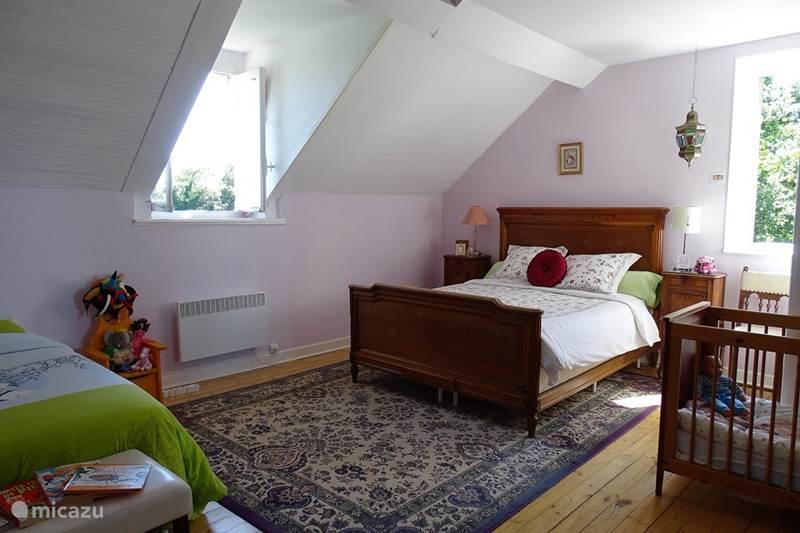 bed breakfast familienzimmer mit fr hst ck 4p in buxi res sous montaigut auvergne. Black Bedroom Furniture Sets. Home Design Ideas