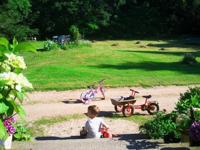Buiten is genoeg ruimte voor kinderen om te kunnen spelen.