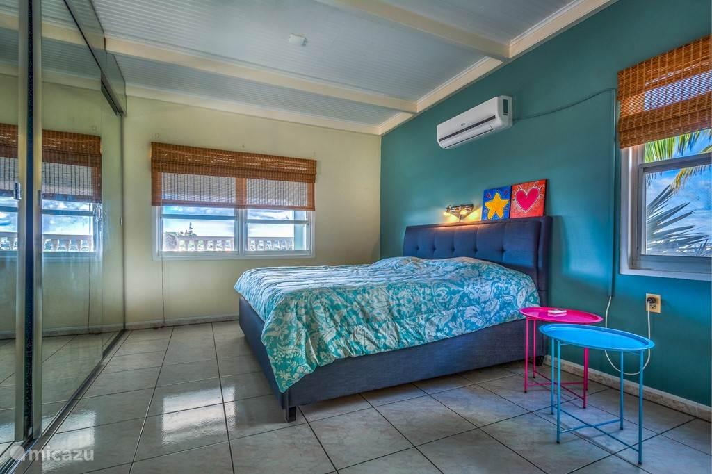 Ruime slaapkamers voorzien van boxspringbedden, airco en eigen badkamer met douche, toilet en badmeubel