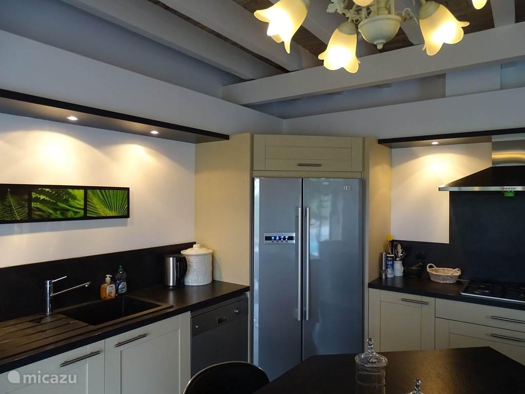Complete keuken met oven, magnetron, 4 pits gasstel, vaatwasser en koel-vriescombinatie.