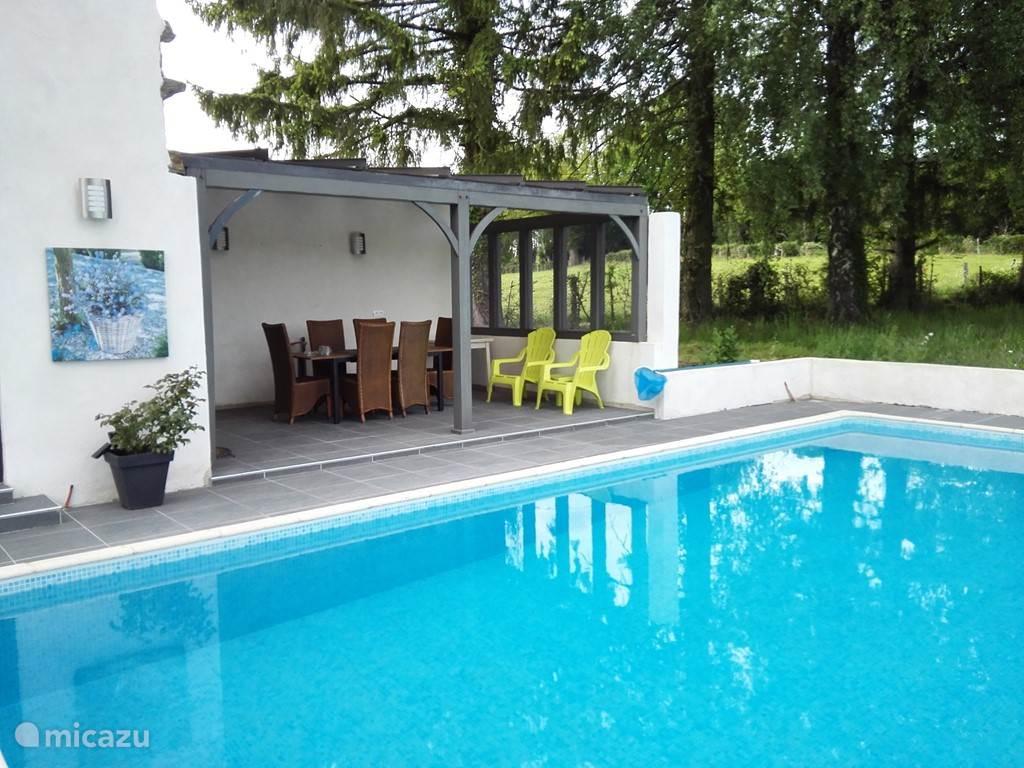 Overdekt buitenterras en een zwembad van 9.5x4m