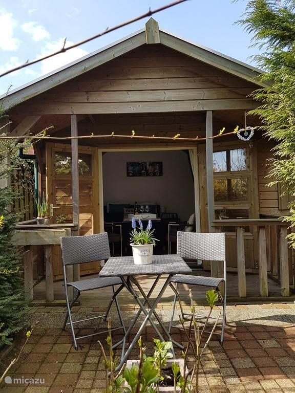 Het chalet met terras en overkapping, waar u heerlijk kan zitten!