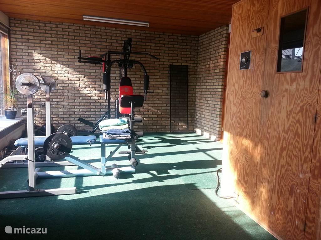 De sauna en fitness ruimte waar u in overleg gebruik van kan maken.