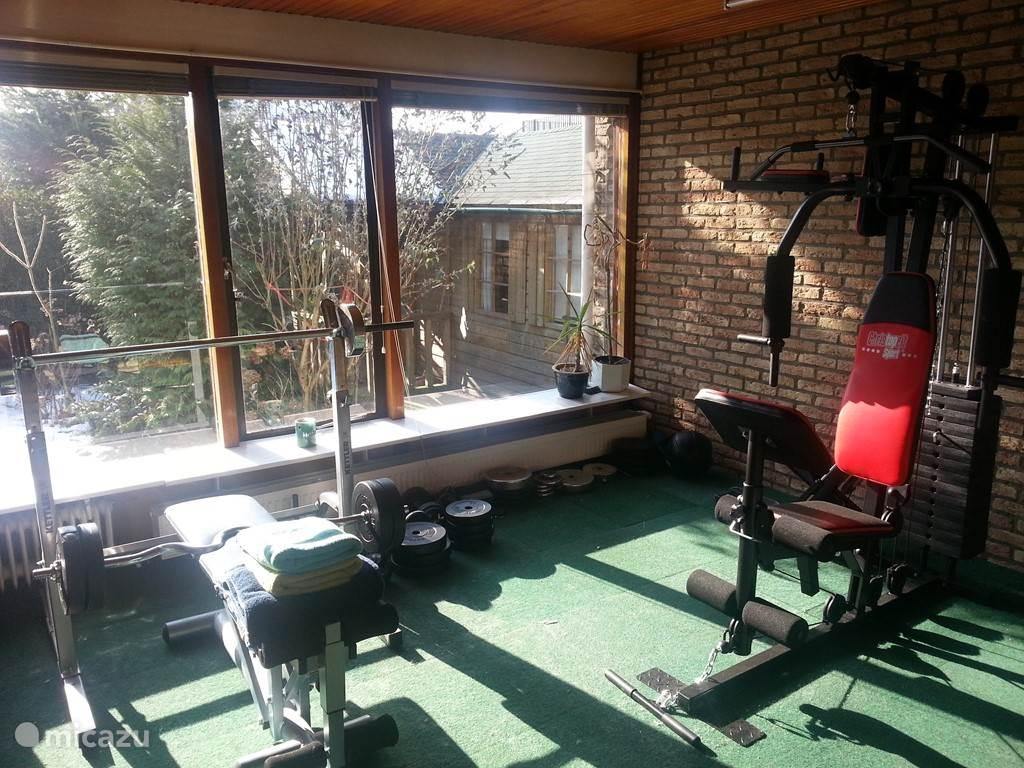 De sauna en fitness ruimte met uitzicht op de tuin