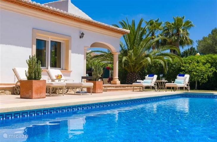lekker relaxen bij het zwembad