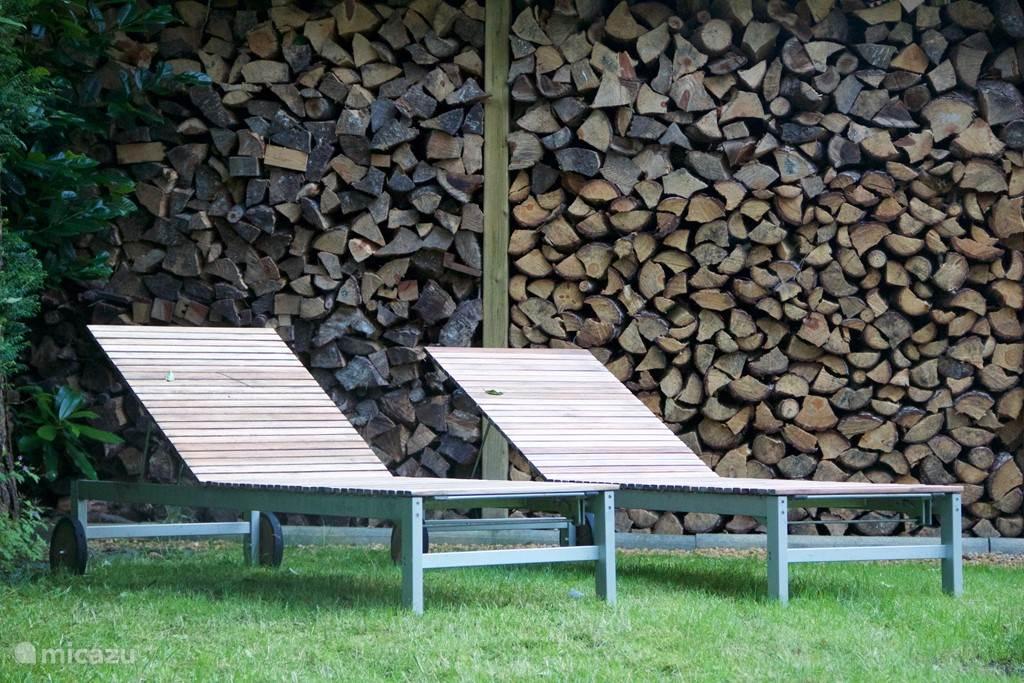 Relaxen op de voorziene ligstoelen