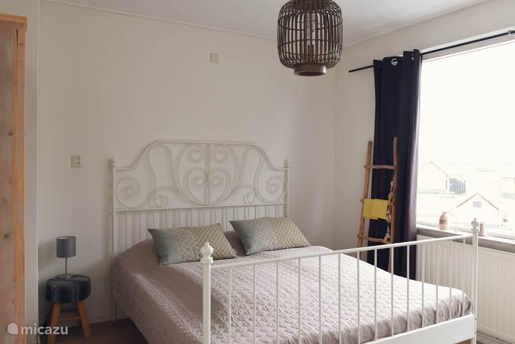 Op de eerste verdieping zijn vier slaapkamers; 3x tweepersoonsbed en een slaapkamer met 2x stapelbed