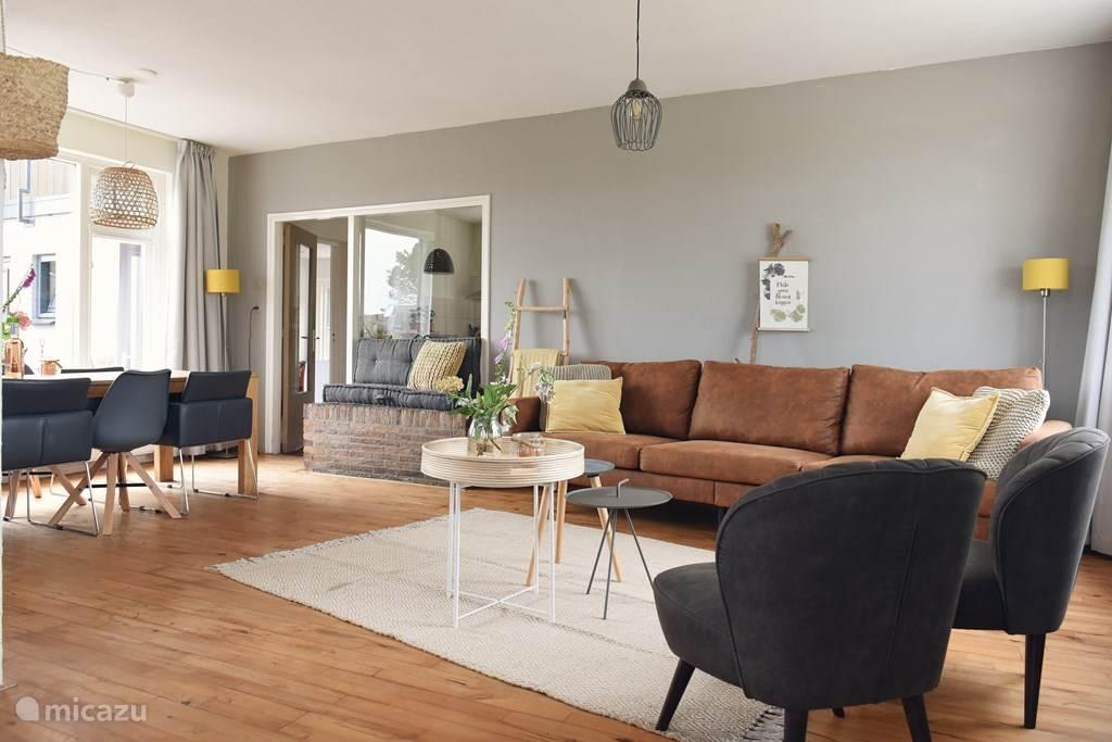 Ruime woonkamer met voldoende zitgelegenheid