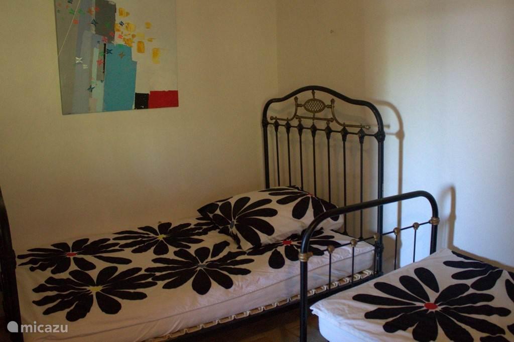 Slaapkamer met twee enkel bedden