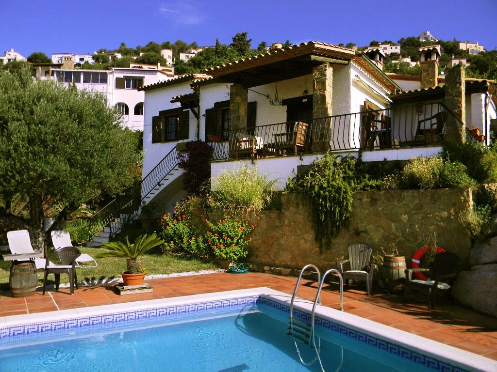 Heeeeeeerlijk vakantiehuis aan de Costa Brava. Eigen zwembad en tuin. Ik zou em zo huren :-) Voorjaars korting en honden gratis. Waar wacht je op?!