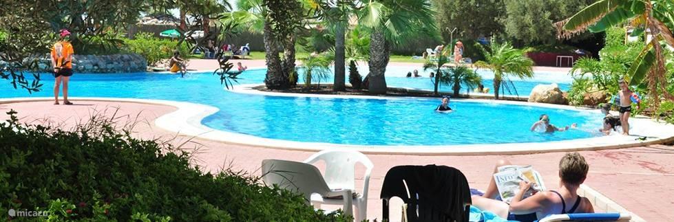 groot openbaar zwembad op het resort Mazarron Country club